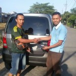 Foto Penyerahan Unit 1 Sales Marketing Mobil Dealer Suzuki Sidoarjo Robby