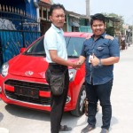 Foto Penyerahan Unit 2 Sales Marketing Dealer Mobil Daihatsu Cibitung Dea Pradita, S.Pd - MobilNewCom