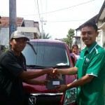 Foto Penyerahan Unit 3 Sales Marketing Mobil Dealer Suzuki Sidoarjo Robby