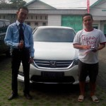 Foto Penyerahan Unit 3 Sales Marketing Mobil Honda Surabaya Bayu Krisdianto