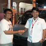Foto Penyerahan Unit 4 Sales Marketing Dealer Mobil Daihatsu Cibitung Dea Pradita, S.Pd - MobilNewCom