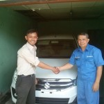 Foto Penyerahan Unit 4 Sales Marketing Mobil Dealer Suzuki Sidoarjo Robby