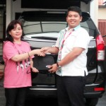 Foto Penyerahan Unit 6 Sales Marketing Dealer Mobil Daihatsu Cibitung Dea Pradita, S.Pd - - MobilNewCom
