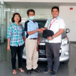 Foto Penyerahan Unit 7 Sales Marketing Dealer Mobil Daihatsu Cibitung Dea Pradita, S.Pd - - MobilNewCom