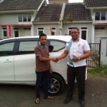 Foto Penyerahan Unit 1 Sales Marketing Mobil Dealer Daihatsu Iman