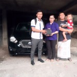 Foto Penyerahan Unit 3 Sales Marketing Mobil Dealer Datsun Surabaya Dio