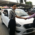 foto-penyerahan-unit-2-sales-marketing-mobil-dealer-nissan-mojokerto-zacky