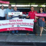 Foto Penyerahan Unit 3 Sales Marketing Mobil Dealer Mitsubishi Surabaya Heri