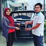 Foto Penyerahan Unit 1 Sales Marketing Mobil Dealer Daihatsu Aris