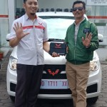 Foto Penyrahan Unit 1 Sales Marketing Mobil Dealer Wuling Andi
