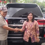 Foto Penyerahan Unit 1 Sales Marketing Mobil Dealer Toyota Shinta