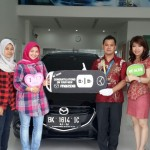 Foto Penyerahan Unit 3 Sales Marketing Mobil Dealer Mazda Medan Chandra Putra