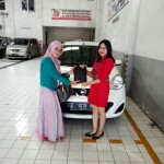 Foto Penyerahan Unit 2 Sales Marketing Mobil Dealer Nissan Tasikmalaya Devi